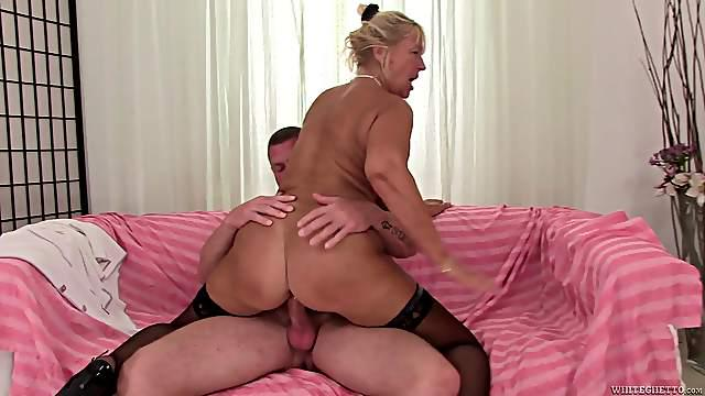 Curvaceous mature blondie gets her twat fucked by muscle stud