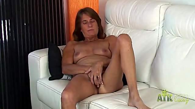Lusty solo mature chick masturbates her hot cunt