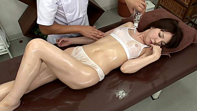 Oily massage and pussy drilling with a salacious Japanese lassie