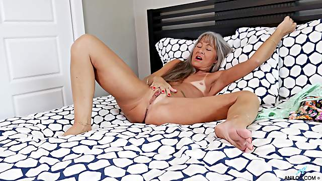 Deep finger fucking oral pleasures for the tanned granny