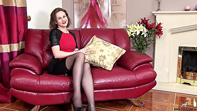 Mature with sexy forms, full amateur solo on a leather couch